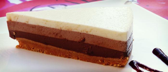 Milchschnittenkuchen mit Schmand, Kakao und Sahne