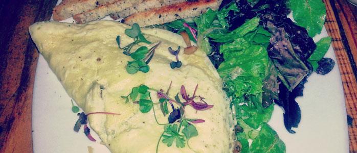 Omelett mit Schafkäse und Schnittknoblauch. Alternativ zum Knoblauch auch mit Schnittlauch.