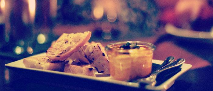 Würziger Paprika-Dip aus Schmand und frischen Kräutern.