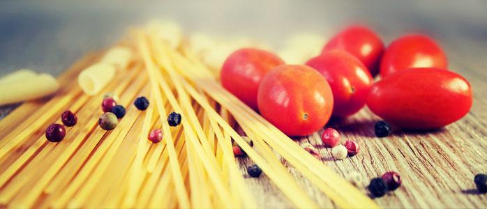 Auflauf mit Spaghetti, Speckwürfeln und Parmesan